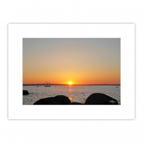 Coucher de soleil sur la Baie de Concarneau, le vieux gréement Le Corentin rentre au port et va passer devant le soleil couchant