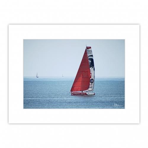 Le voilier à foils, l'Imoca INITIATIVE COEUR de Samantha Davies au large de Lorient