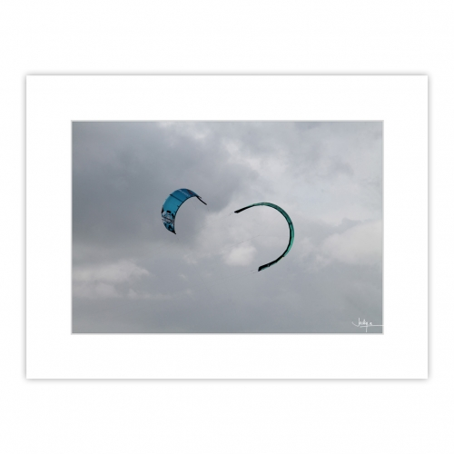 Balai de kitesurf à Fort Bloqué, lorsque le vent est bien portant, la plage de Plœmeur devient une fête à l'honneur d'Éole.