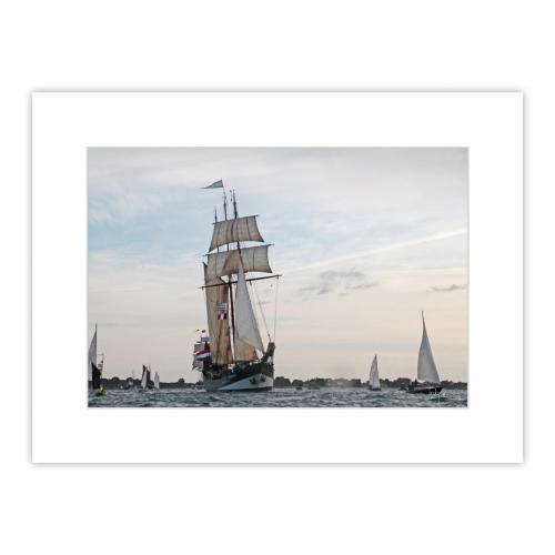La goélette OOSTERSCHELDE est le dernier trois-mâts authentique des Pays-Bas et navigue sous pavillon allemand. Photo prise lors de la Petite Parade de la Semaine du Golfe 2019