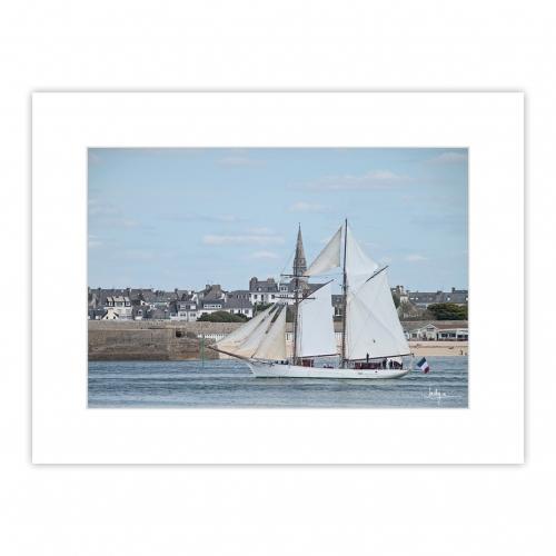 La Goélette la Belle-Poule dans le chenal de Lorient face la Citadelle de Port-Louis.
