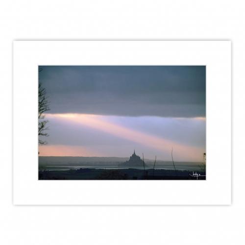 Coucher de soleil sur la Baie du Mont Saint-Michel… J'ai réalisé cette prise de vue depuis les terrasses d'Avranches, distantes à vol d'oiseau de 11.9 km du Mont.