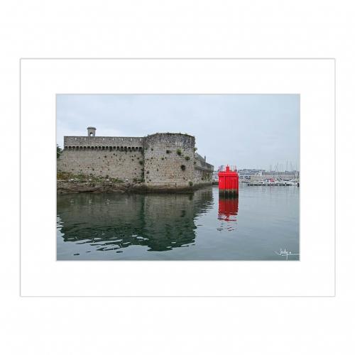 Les tours de la Ville Close de Concarneau, vue du port, contraste à la bouée rouge