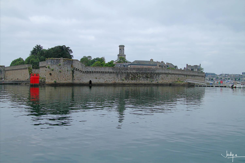 La Ville Close défile sous le regard vue du port, la forteresse médiévale de Concarneau, ciel nuageux et mer plate