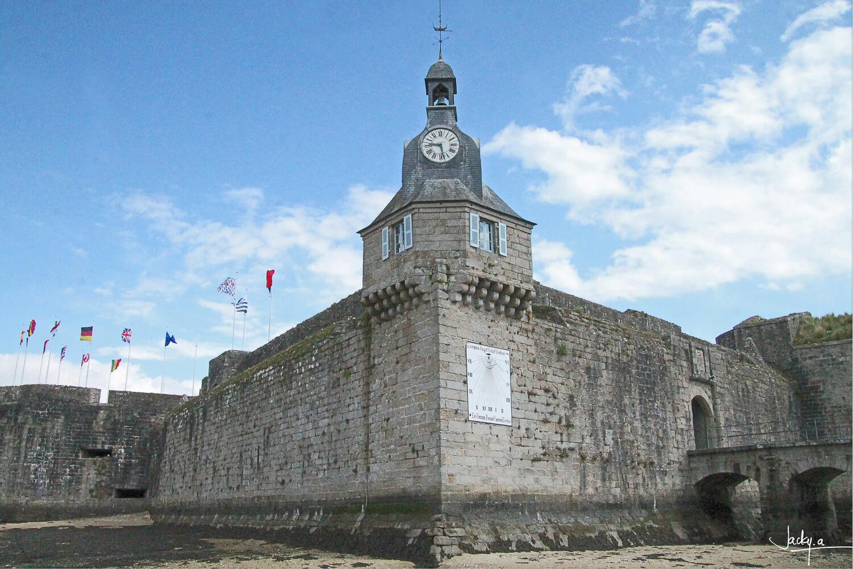 Le beffroi de la forteresse médiévale à marée basse, L'entrée de la Ville Close de Concarneau