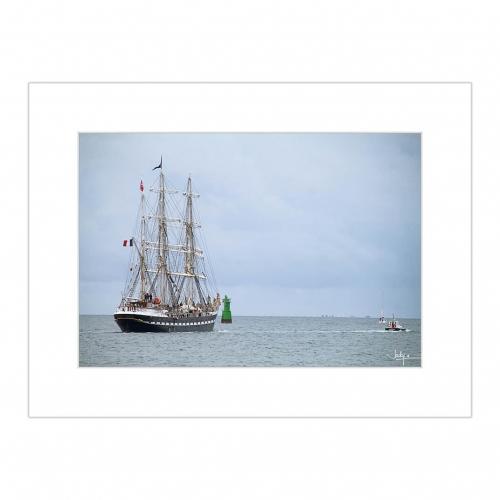 Le Bélem, Le dernier trois-mâts barque français avec une coque en acier, dans la Baie de Concarneau, croisant la bouée du Cochon, au loin, l'Arcipel des Glénan