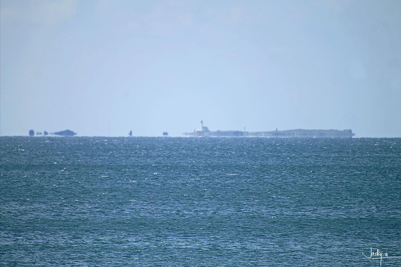 L'Archipel des Glénan sous une chaud soleil d'été, il semble flotter au dessus de l'horizon au dessus
