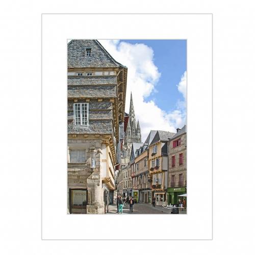 Quimper, déambulation dans la vieille ville, rue Kéréon, vue sur les flèches de la Cathédrale St-Corentin derrière les façades à pans de bois