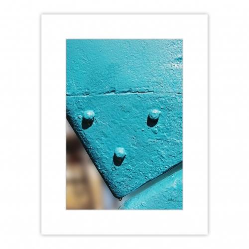 Détail coloré du gouvernail d'un voilier en maintenance peinture - Safran bleu